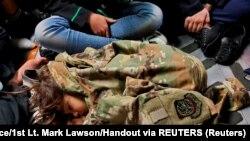 Ребенок спящий на полу грузового самолета ВВС США во время эвакуации