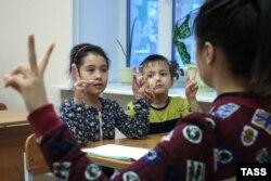 Занятие в воскресной школе для детей мигрантов в Перми, декабрь 2017 года. Фото: ТАСС