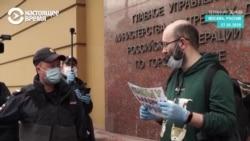 За что задержали Илью Азара и почему люди выходят в пикеты в его поддержку