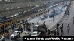 Протестующие против повышения цен на газ на эстакаде в Тегеране 16 ноября 2019