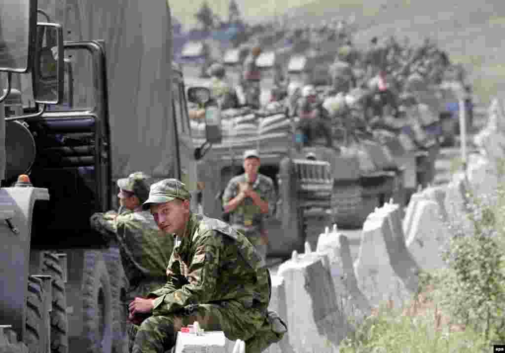 Колонна российских солдат, двигающихся на Цхинвали, ненадолго остановилась на дороге. 9 августа 2008