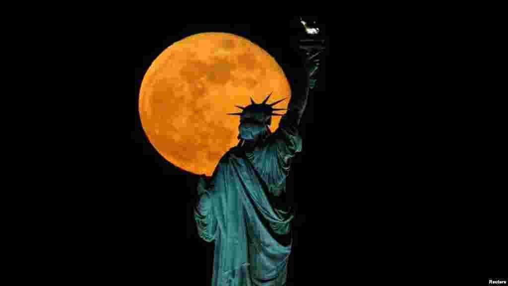 Статуя Свободы в Нью-Йорке тоже смотрит на розовую Суперлуну