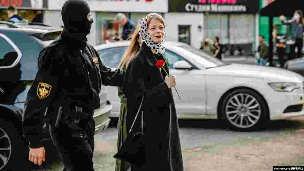 Женский Блестящий марш в Минске, 19 сентября, Минск. Тогда на улице Сурганова задержали около 300 женщин, среди них модель Александра Воробьева.