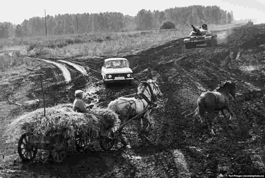 """Российские перекрестки в 1991 году. Когда фотография появилась в российских социальных сетях, один из комментаторов заметил: """"Не хватает только медведя"""""""