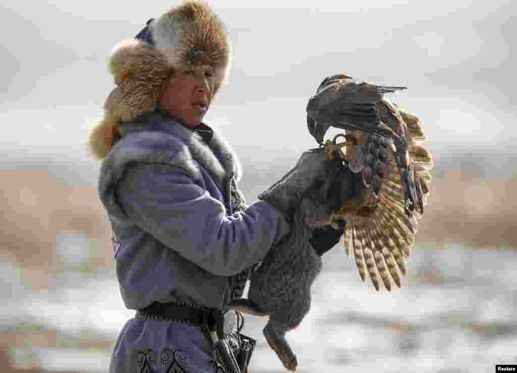 Охотник возвращается с птицей и добычей