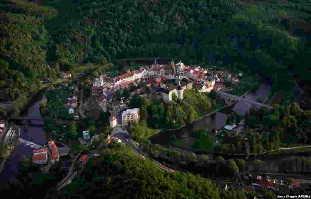 """Замок Локет, Чехия. В чешском языке это слово означает """"локоть"""" – он словно упирается в окаймляющую город реку"""