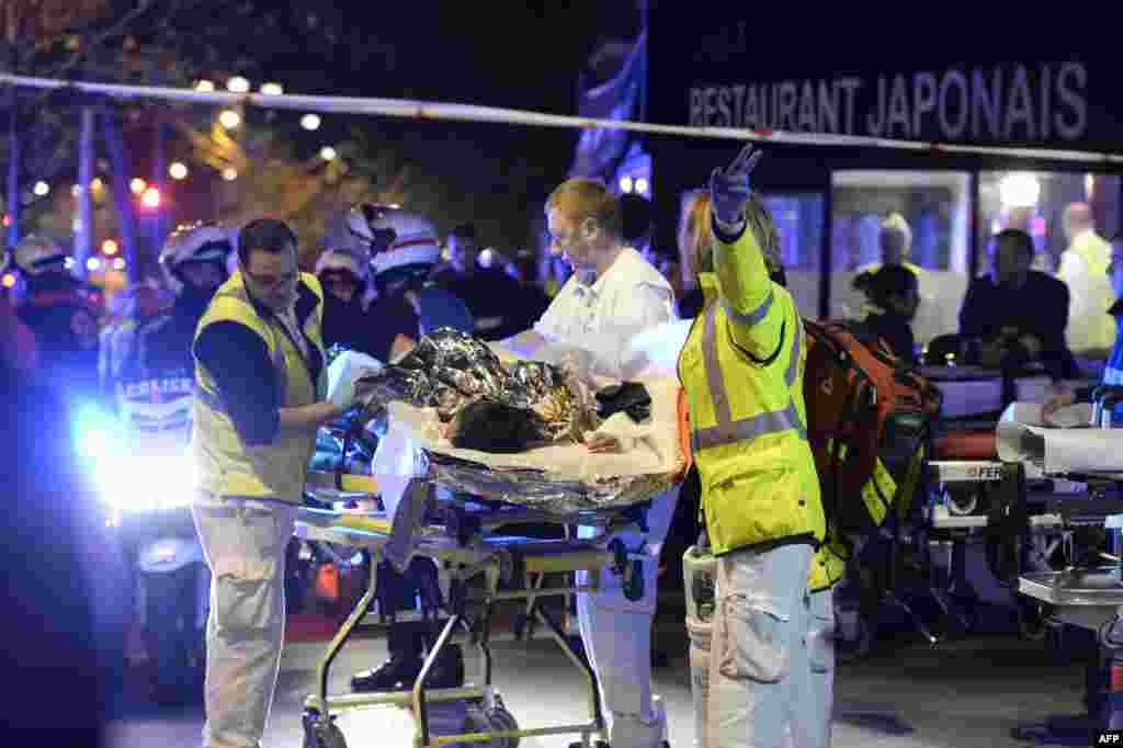 """Эвакуация раненого человека рядом с концертным залом """"Батлакан"""", который захватили террористы"""