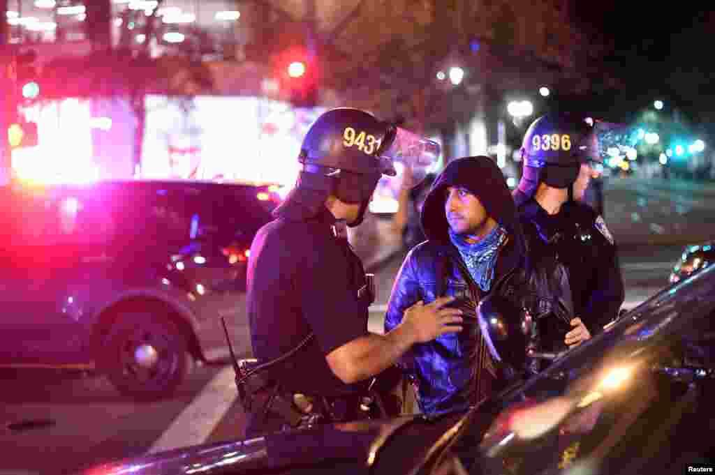 Полиция в Нью-Йорке задержала минимум 65 человек во время протестов. Полиция к людям применяла слезоточивый газ. В Сиэтле пятеро получили огнестрельные ранения. В Окланде двое полицейских были ранены