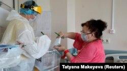 Пациентка больницы в Твери голосует по поправкам к Конституции. 1 июля 2020 года. Фото: Reuters