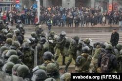 Внутренние войска на проспекте Независимости в Минске, 25 марта 2017 года