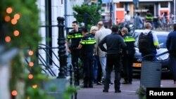 Амстердам. Полицейские на улице, на которой стреляли в журналиста Питера де Вриса. 6 июля 2021 год.