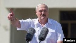 Александр Лукашенко во время митинга в его поддерку. 16 августа 2020 года