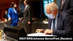 Верховный представитель ЕC по международным делам и политике безопасности Жозеп Боррель и Светлана Тихановская (на заднем плане) во время встречи министров иностранных дел Евросоюза в Люксембурге, 21 июня 2021 года