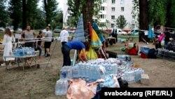 Лагерь волонтеров возле изолятора на Окрестина в Минске, 18 августа