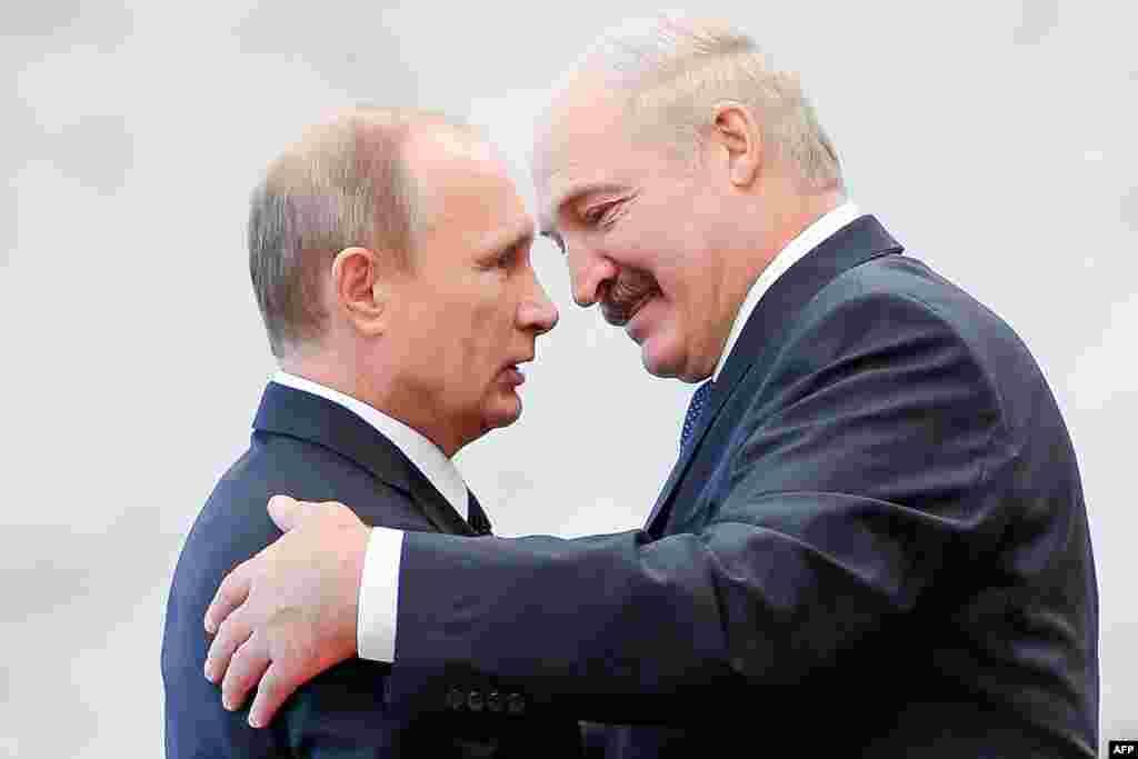 Александр Лукашенко встречает Владимира Путина во время саммита стран СНГ в Минске