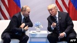 Президенты России и США во время специальной встречи в июле 2017