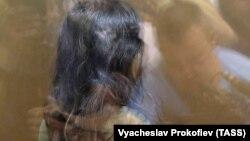 Кристина Хачатурян, одна из сестер, обвиняемых в убийстве отца, в зале Останкинского суда Москвы во время избрания меры пресечения