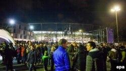 Фанаты покидают стадион HDI-Arena в Ганновере