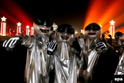 Люди в костюмах инопланетян в Китае на фестивале пива в городе Циндао