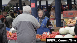 Unknown Belarus' premiere episode takes a look at the country's largest agricultural bazaar, Minsk's Komarovsky market, popularly known as Komarovka. The stories of the farmers and workers here offer insight into everyday life from throughout Belarus.