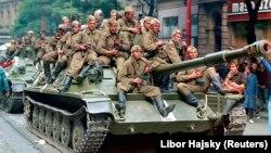 Советские солдаты на танке в центре Праги в 1968 году