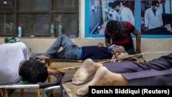 Пациенты, страдающие от COVID-19. Нью-Дели, Индия, 23 апреля 2021 года