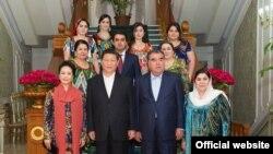 Семья президента Таджикистана в неполном составе встречает главу и первую леди Китая в президентской резиденции в Душанбе, 13 сентября 2014 года