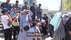 """Матери в Нур-Султане требуют жилье. Мэр им предложил """"сидеть и воспитывать детей"""""""