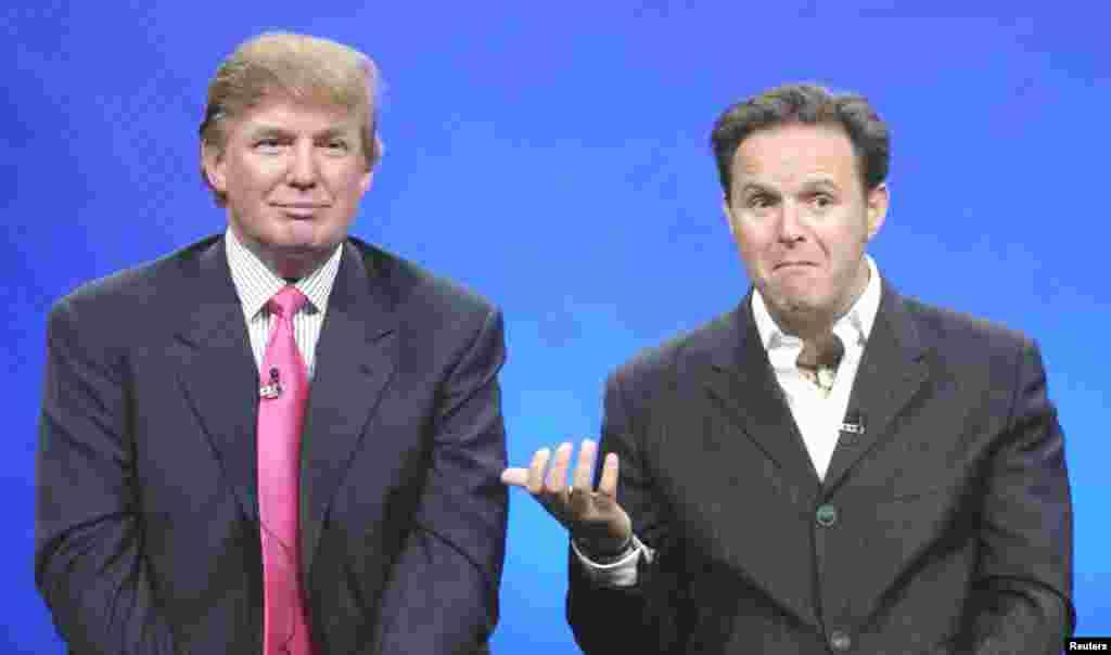 """Трамп с продюсером Марком Бернеттом в 2004 году. Тогда он стал ведущим реалити-шоу """"Кандидат"""". Участники программы соревновались друг с другом за шанс работать с Трампом. Шоу выходило 14 сезонов и пользовалось большим успехом"""