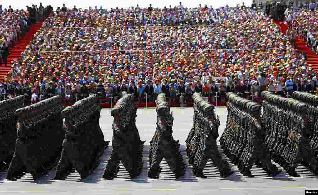 В параде в Пекине в этом году задействовали почти 12 тысяч военных и 500 единиц техники (для сравнения в Параде Победы в Москвеприняли 16 тысяч военнослужащих, 194 единицы сухопутной военной техники и 143 самолета и вертолета)