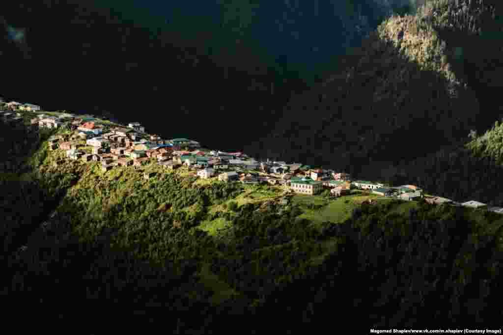 Большинство фотографий Шапиев делает во время горных походов с друзьями. На фото – деревня Талсух недалеко от границы с Грузией