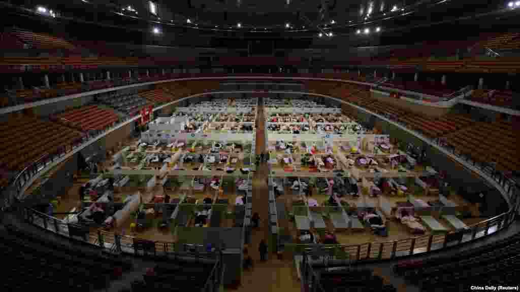 В китайском Ухане, где впервые была зафиксирована вспышка нового коронавируса, власти отдали под лечение инфицированных местный стадион