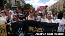 Сьюзен Сарандон во время марша в Вашингтоне в поддержку мигрантов 28 июня