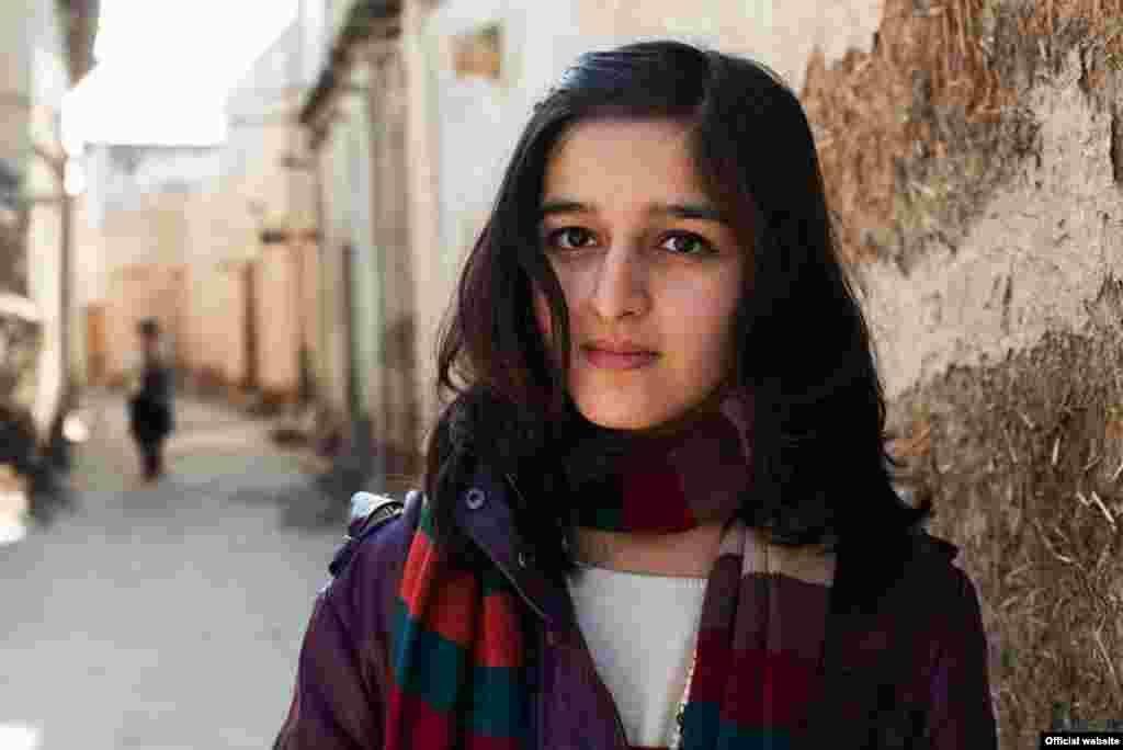 """Молодая женщина из Бухары, Узбекистан, фотопроект """"Атлас красоты"""" (Atlas of Beauty) Микаэлы Норок (Mihaela Noroc)"""