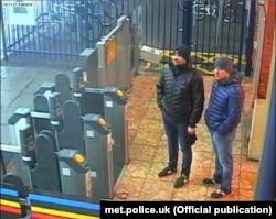"""""""Петров"""" и """"Боширов"""" 3 марта на станции поезда в Солсбери перед отъездом в Лондон"""
