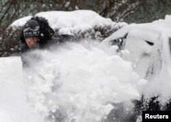 Рабочий убирает снег на московских улицах. 13 февраля 2021 года. Фото: Reuters