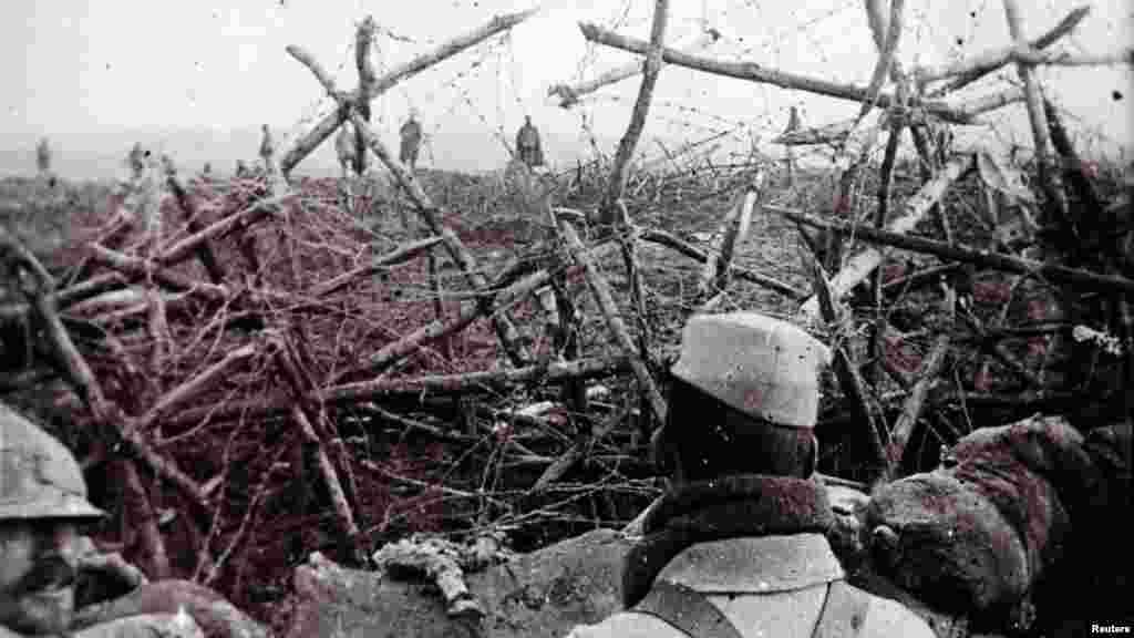 Немецкие солдаты идут к окопу французских солдат и предлагают им сдаться. Массиж, северо-восточная Франция, точная дата снимка неизвестна.
