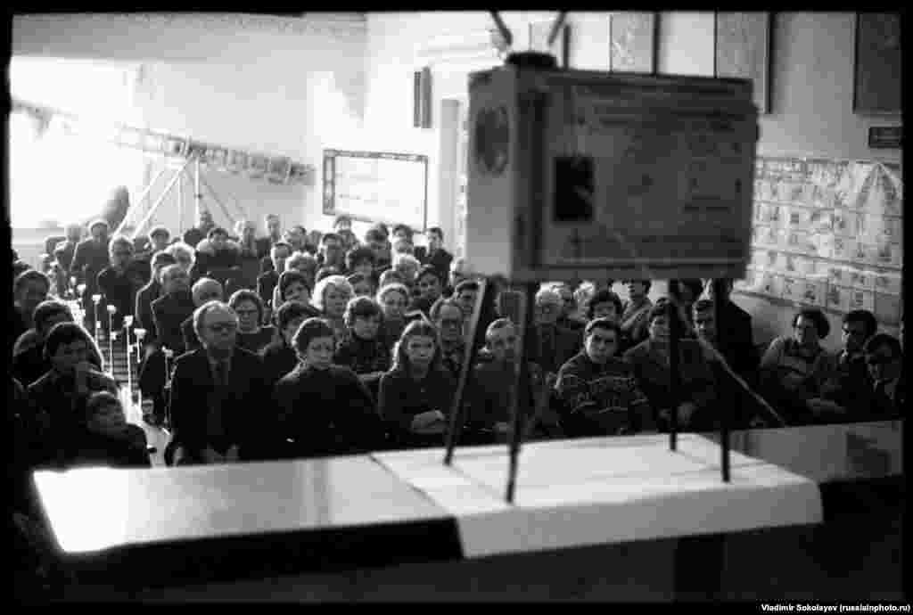 Похороны Генерального секретаря ЦК КПСС Юрия Андропова транслируются в городском клубе Новокузнецка в 1984 году.Между 1982 и 1985 годами в СССР умерли сразу трое престарелых генсеков