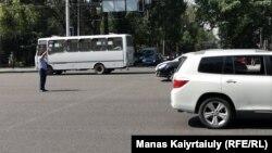 Регулировщик на одном из перекрестков Алматы