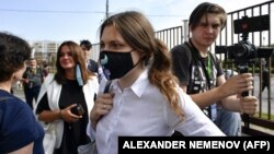Анна Павликова перед зданием суда