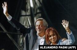 Президент Аргентины Кристина Киршнер и ее муж, бывший глава страны Нестор Киршнер, в апреле 2008 года на митинге против забастовки фермеров