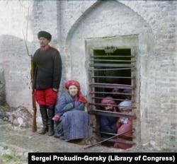 """Заключенные в """"тюрьме для должников"""", расположенной в бухарской темнице"""