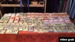 Деньги, найденные при обыске у Андрея Бельянинова, оперативная съемка