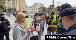 Правозащитница и политик Марина Литвинович во время одиночного пикета