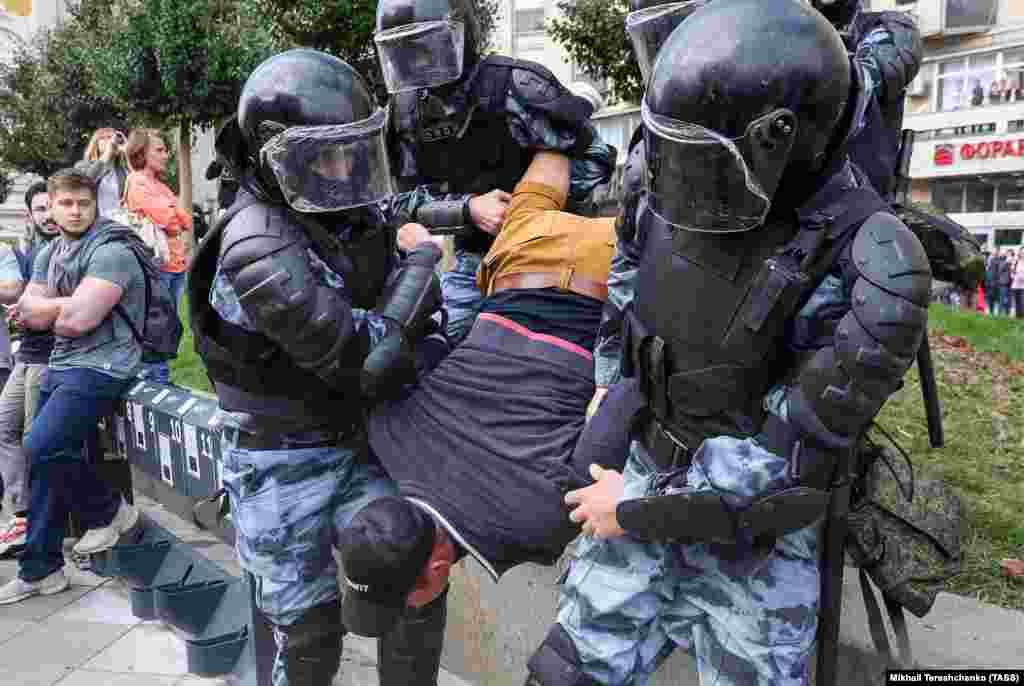 Задержание на Пушкинской площади. Фото: Михаил Терещенко/ТАСС