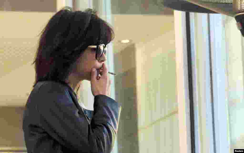 Член жюри Каннского Кинофестиваля, актриса Софи Марсо курит на террасе гостиницы Гранд Хаятт