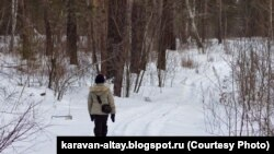Ребенок в зимнем лесу, иллюстративное фото