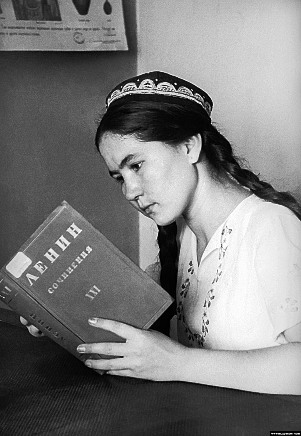 Девушка в тюбетейке читает собрание сочинений Владимира Ленина