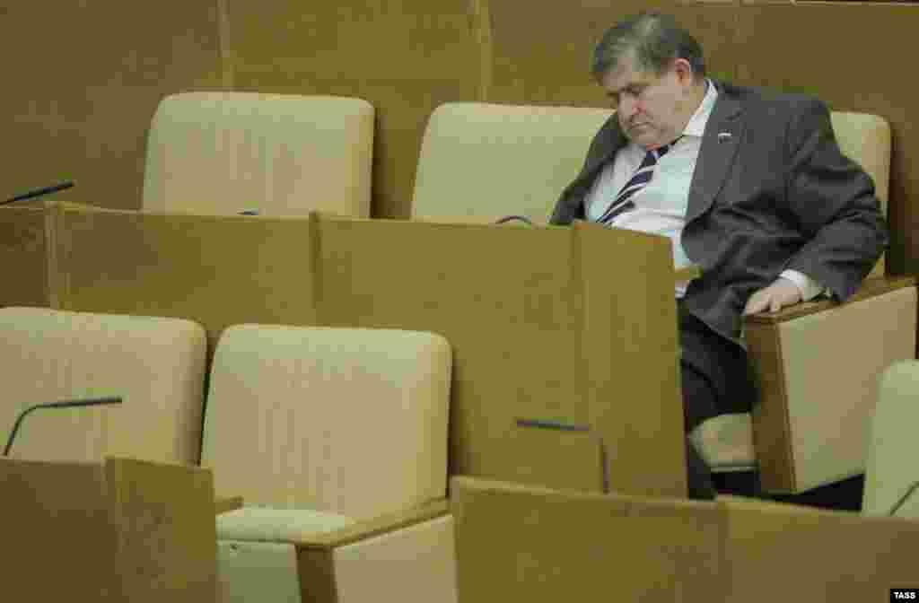 Член фракции ЛДПР Михаил Хесин засиделся на пленарном заседании Государственной думы РФ