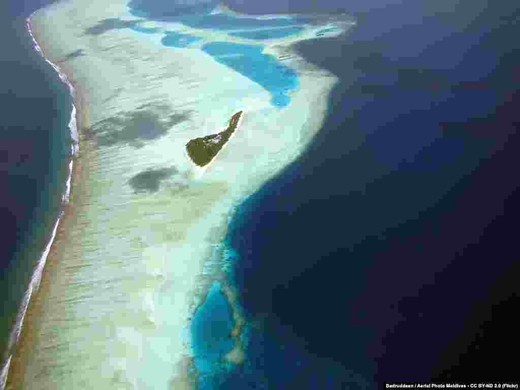 """Туристический рай Мальдивских островов может исчезнуть уже в этом столетии, если уровень океана продолжит подниматься – архипелаг из 1200 кусочков суши возвышается в среднем лишь на 2 метра над уровнем моря, это самая """"низколежащая"""" страна в мире,пишет TIME. Правительство Мальдив в 2008 году объявило о покупке земли в других странах для переселения граждан. Похожая ситуация складывается и с другими островными государствами – президент Республики Кирибатиговорит, что с нынешними темпами глобального потепления его страна исчезнет под водой в ближайшие 30-50 лет"""
